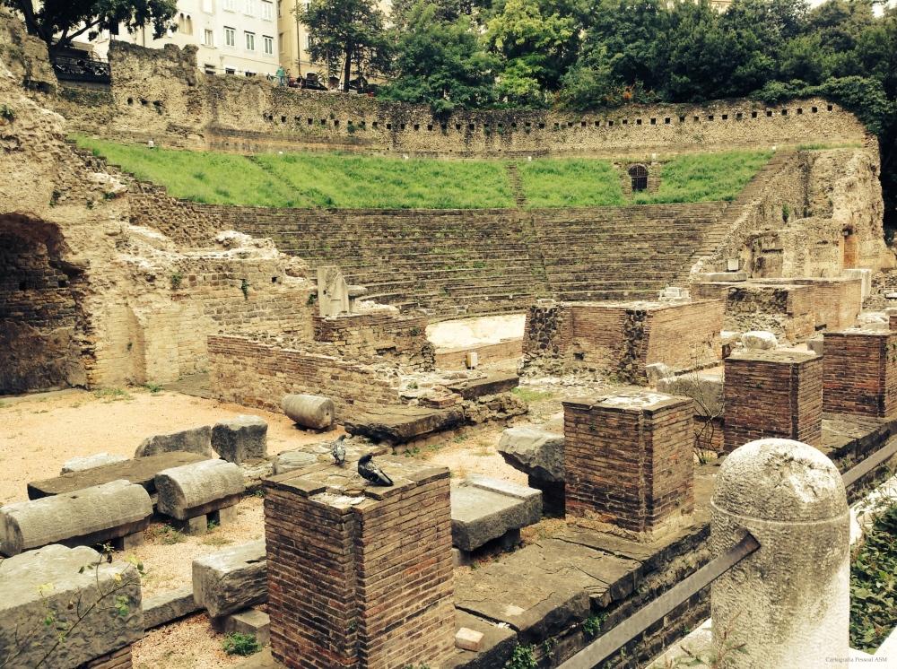 Teatro Romano, construído na época de Trajano, entre os séculos I e II d.C.. Só foi descoberto em 1938.