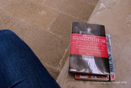 Li as primeiras páginas deste livro aqui – sentada no banco de pedra que dá para o Canal Grande, no Palácio Museu de Peggy Guggenheim.