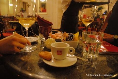 A nossa mesa no Caffè Tommaseo.