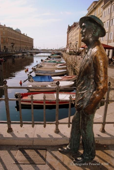 James Joyce, que viveu em Trieste 16 anos da sua vida (1904-1920), na ponte sobre o Canal Grande.