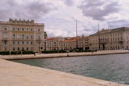 O que se vê do Molo Audace, de um lado – a Piazza Unità d'Italia, Trieste.