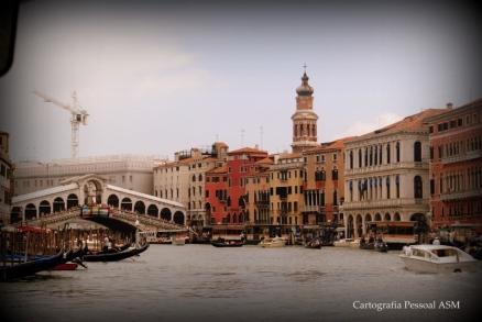 A ponte de Rialto e uma das margens do Canal Grande, Veneza.