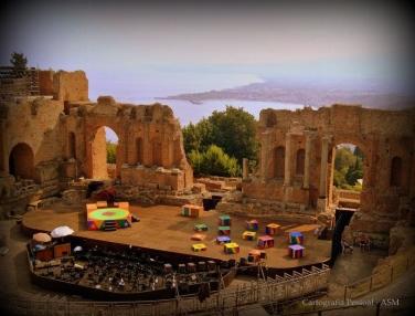 Taormina, Teatro Grego. Ao fundo, à direita da imagem, repousa o Etna...Aqui está um pouco escondido.