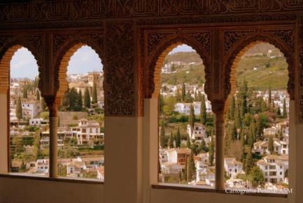 Aqui a moldura da cidade são janelas do Alhambra, Granada.