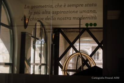 Nos reflexos da sala no topo do Museu.