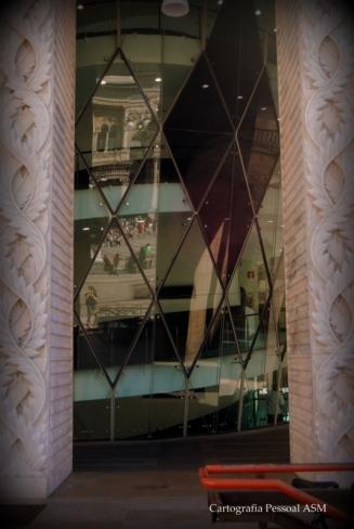 O 900 visto do exterior. O que se vê no lado de dentro é o caminho ascendente em espiral de acesso às salas. Lindo de subir...Nos vidros, a galeria do lado de fora.