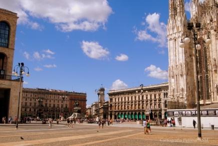 O Museu à esquerda, a catedral à direita, no centro a praça e as arcadas da Galleria Vittorio Emanuele.