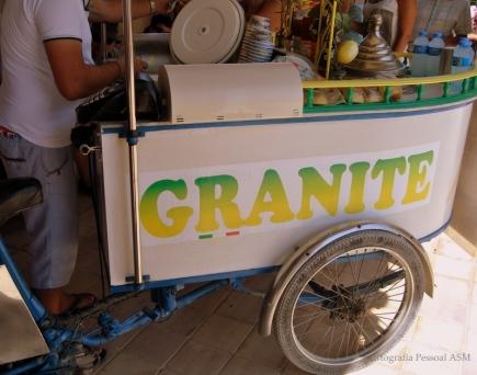 """Em Selinunte, entre templos gregos, um vendedor ambulante promete frescura aos visitantes. Os limões sicilianos dão corpo a estas """"granite""""."""