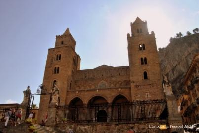 """A catedral e o enorme rochedo do lado direito, parte da """"cabeça""""."""