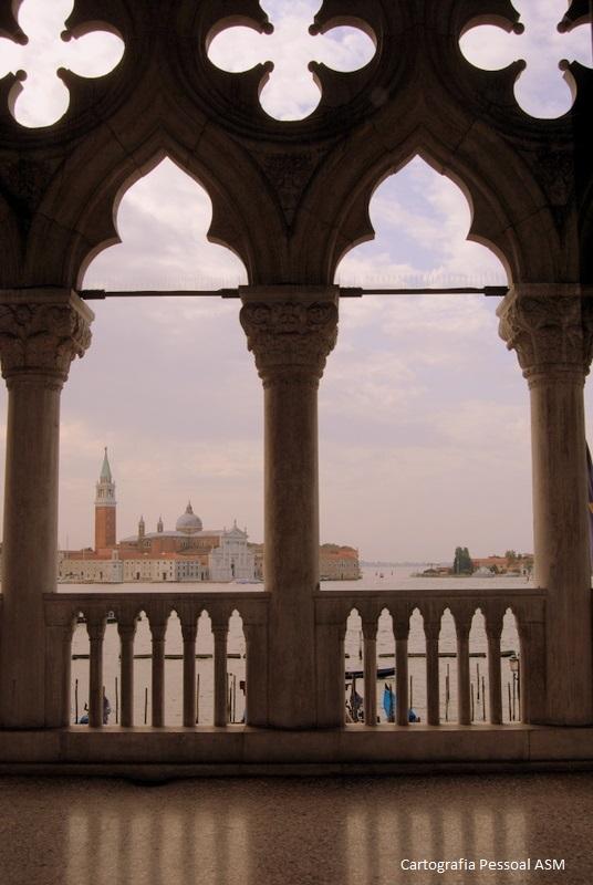 Ilha e basílica de San Giorgio Maggiore. A moldura é do balcão do Palazzo Ducale.
