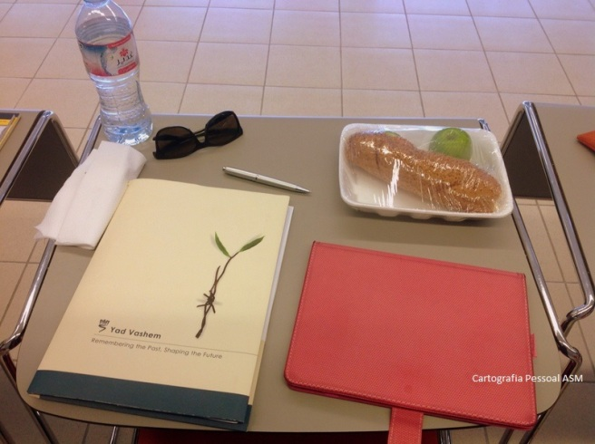 A minha mesa de trabalho no Yad Vashem, sala do grupo de professores portugueses. Arrumadinha, porque era hora de almoço.