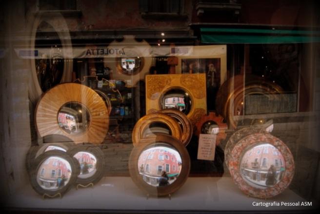 """Reflexos de mim (muito feliz) nos espelhos que via sempre que ia para as aulas. Ainda o reflexo de uma livraria, """"La Toletta"""", onde entrei muitas vezes e de onde trouxe muitos livros..."""