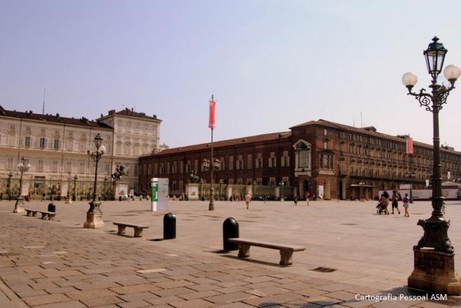 A Piazza Castello. À esquerda, parte do palácio Real de Turim.